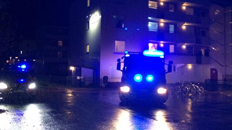 Tända blåljus utanför lägenhetshus i Södra Ryd.
