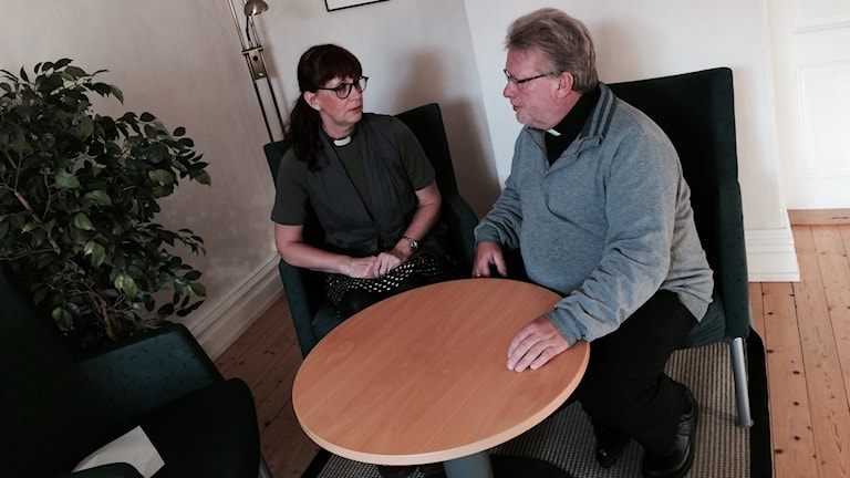 Prästerna Katarina Lindgren och Joachim Leijon sitter vid ett bord i kyrkan och pratar om anhöriggruppen de leder.