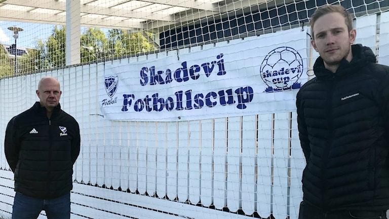 På bilden ses Per Larsson, klubbchef IFK Skövde fotboll och David Perhed, cupgeneral Skadevi cup.