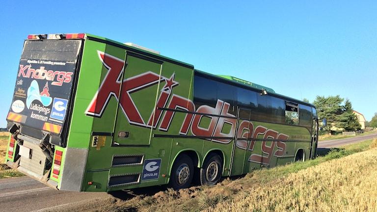 En buss som tillhör dansbandet Kindbergs stals och hamnade sedan i diket.