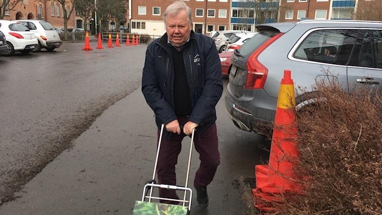 Bert Karlsson på väg till polisen med hundratals anmälningar.
