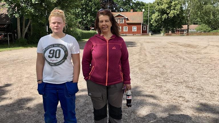 Två personer står bredvid varandra och tittar in i kameran.
