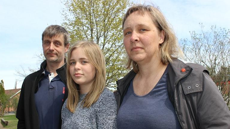 Sofia Andersson och hennes mamma Monica och John-Erik Andersson vill att kommunen går till botten med varför Sofia blir sjuk i skolan.