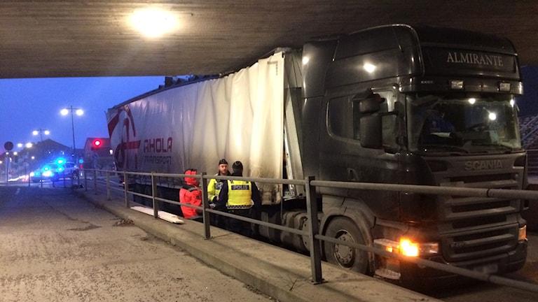 Fastkilad lastbil i en viadukt.