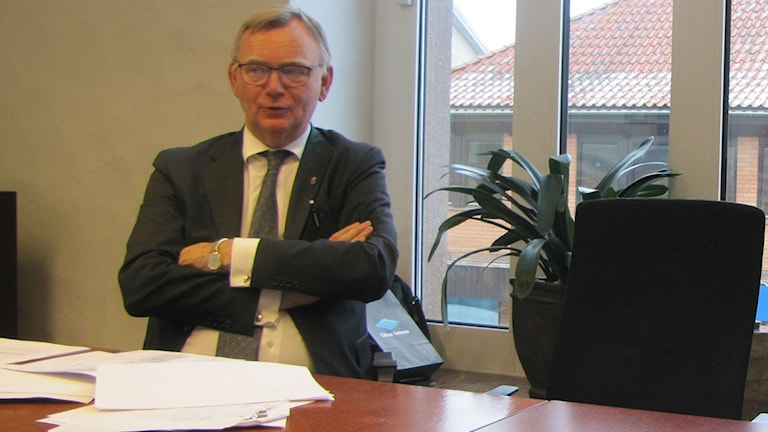 Lars Backström i kontorsmiljö med korslagda armar.