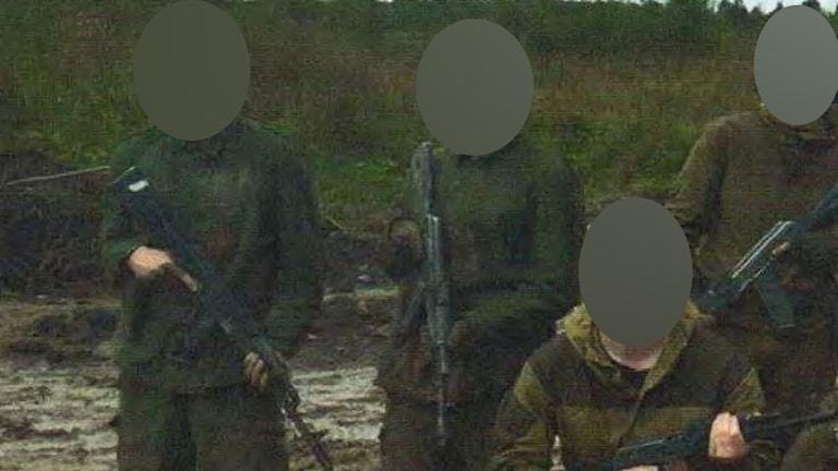 Den här bilden är tagen vid en militärutbildning som högerextrema ryska imeriska rörelsen hållit utanför Sankt Petersburg. Längst till vänster i bilden syns den nu åtalade Lidköpingsbon.