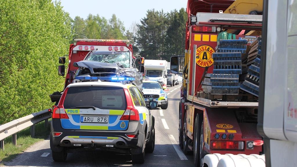 Polisbil, räddningstjänst och den krockade bilen.
