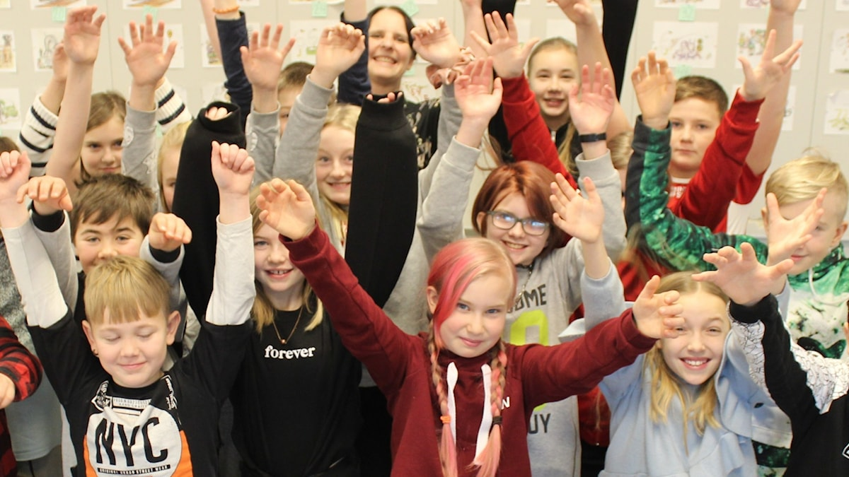 En grupp barn i ett klassrum.
