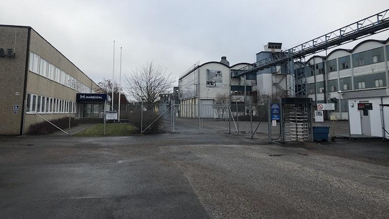 Exteriör av en fabriksbyggnad i grått väder.
