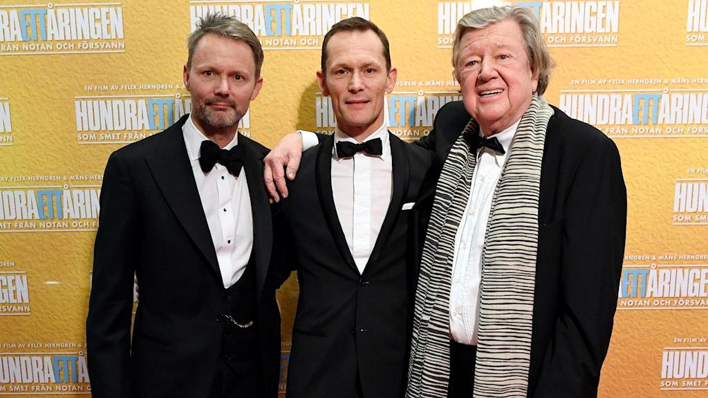 Iwar Wiklander till höger i bild bredvid regissörerna Felix och Måns Herngren.