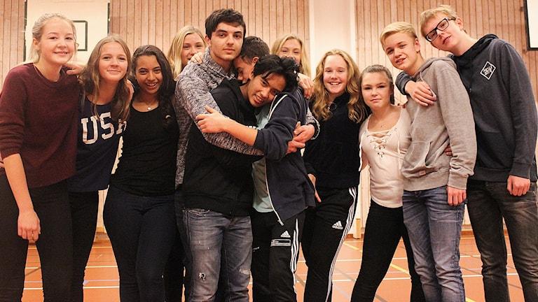 Luka Gabrielashvili kramar om sina vänner från Gullstensskolan.