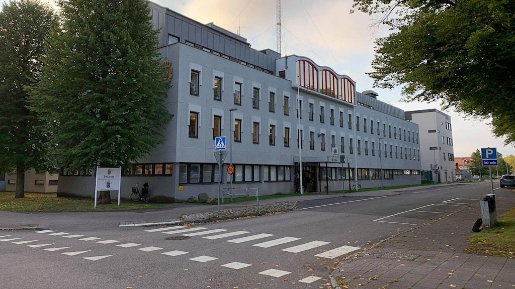 Exteriört foto på polishuset i Skövde.