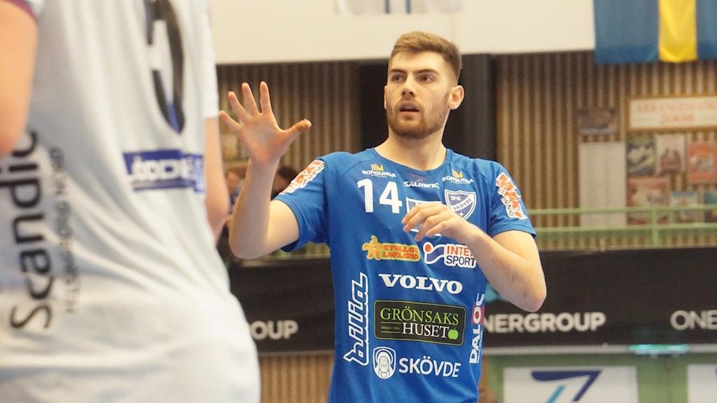 IFK Skövdes Jack Thurin i blåvit tröja.