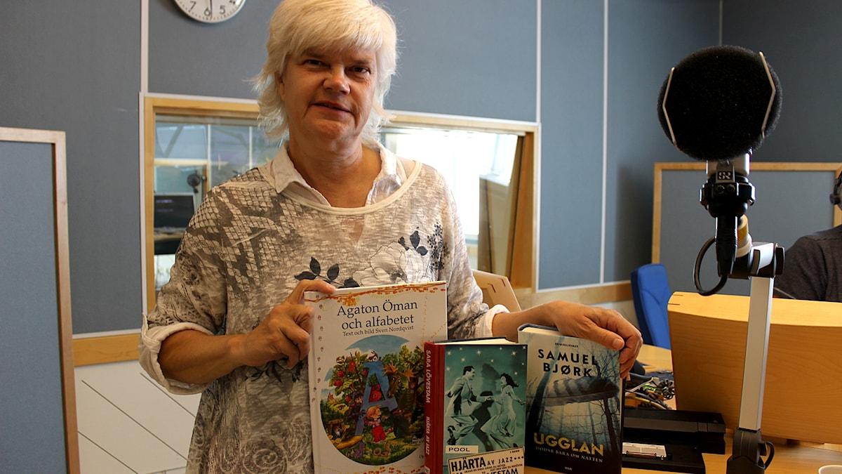 Yvonne Eriksen med böckerna Agaton Öman och alfabetet, Hjärta av jazz och Ugglan.