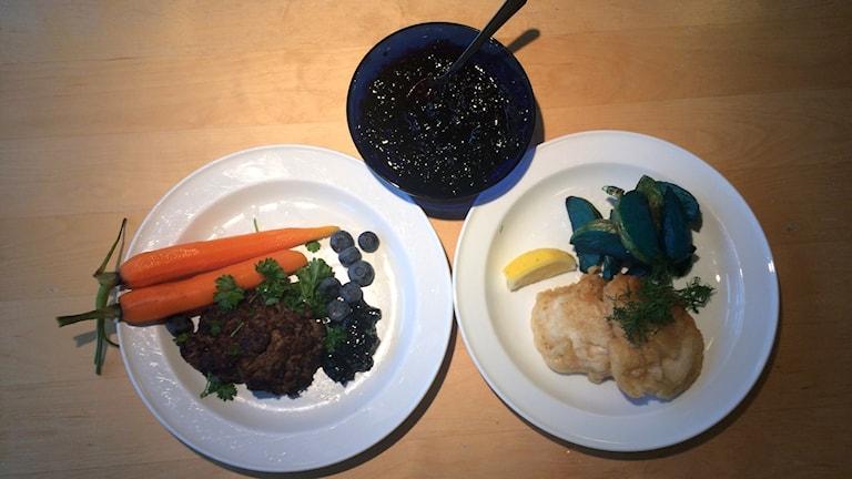 Vildfärsbiffar, fish'n blue chips och blåbärschutney.