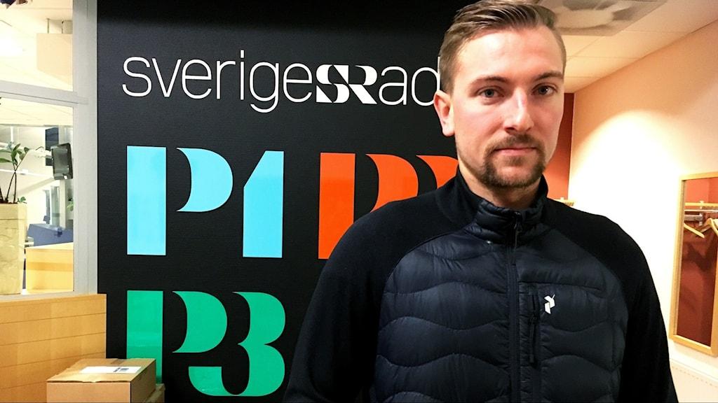 Porträttbild på Filip Engqvist som kollar in i kameran och ser allvarlig ut.
