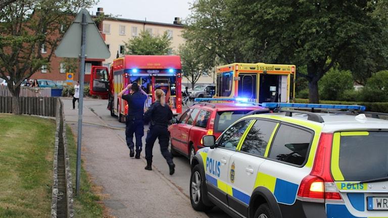 Bild på polisen, räddningstjänsten och ambulanspersonal som deltog i räddningsinsatsen efter att en kvinna började brinna i Skara.