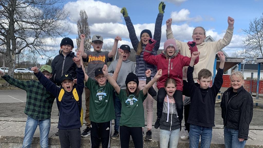 Klass 5 på Kinnarpsskolan jublar över vinsten i Vi i femmans kvartsfinal.