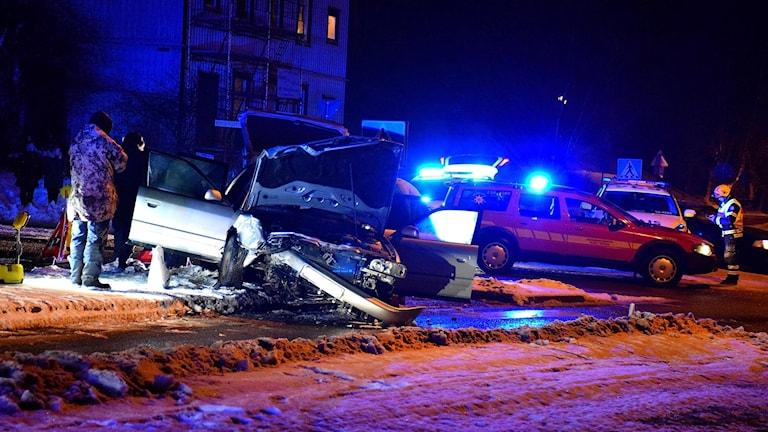 Krockskadad bil, flera räddningsfordon.