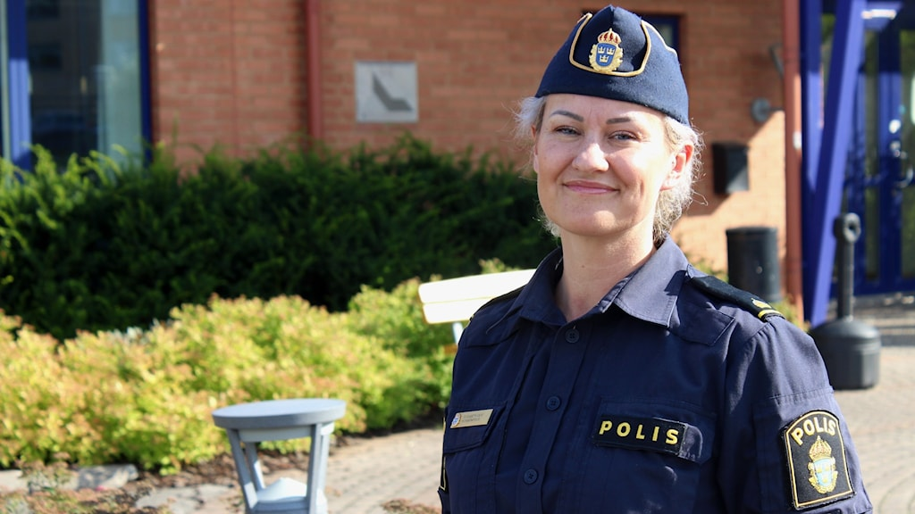 En kvinnlig polis fotograferad i solen.