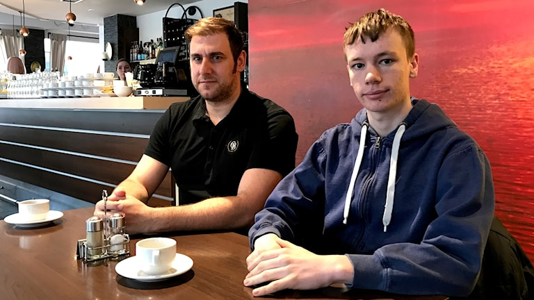 Mangos ägare, John Akdemir och servitören Alexander Karlsson.