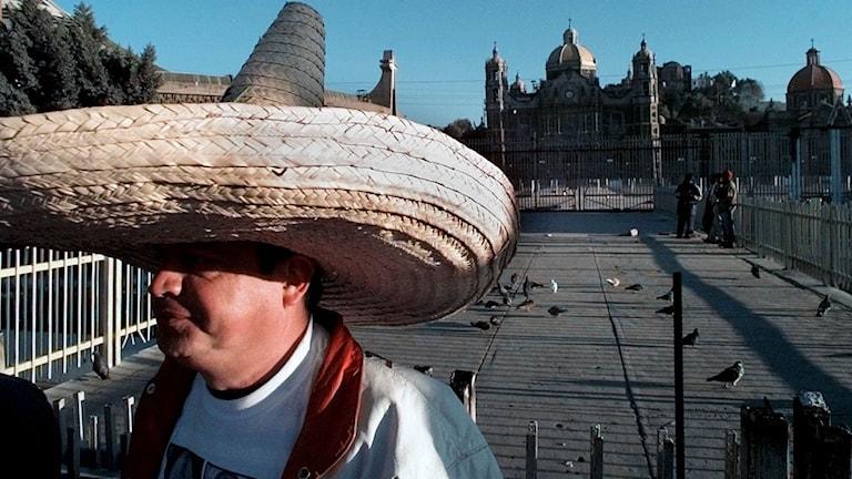En man bär sombrero utomhus
