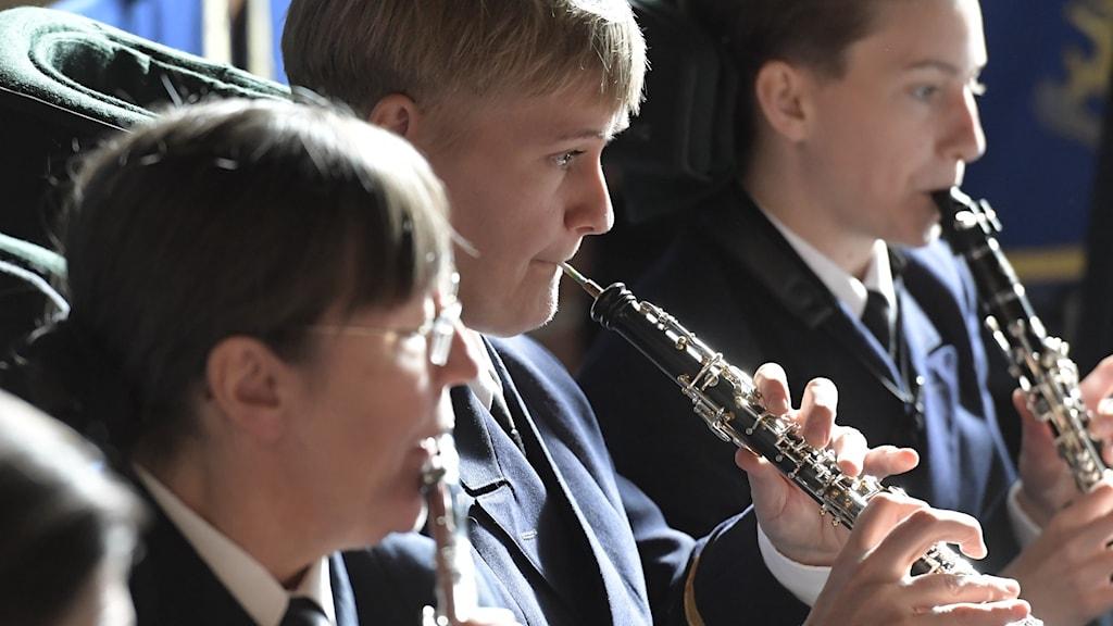 Ett gäng unga lirar klarinett.