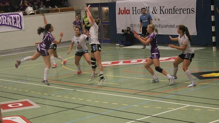 Alexandra Roos Skara HF attackerar. Foto Tommy Järlström Sveriges/Radio.