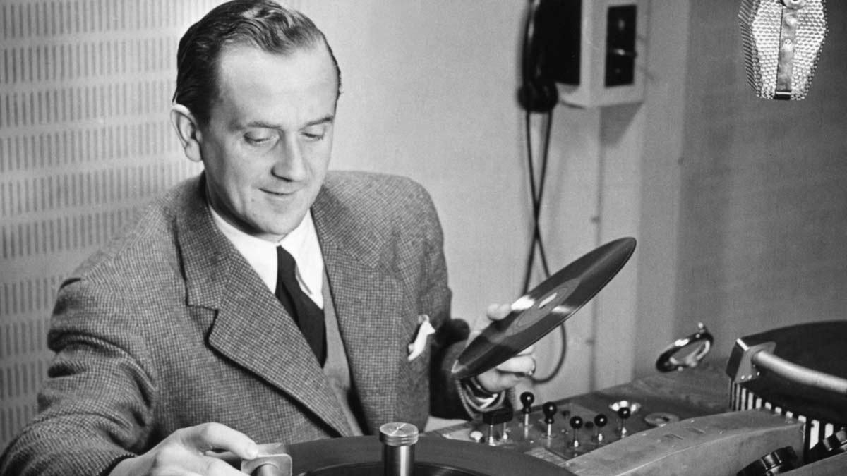 Åke Söderblom spelar skivor i radio 1947. Foto: SVT Bild