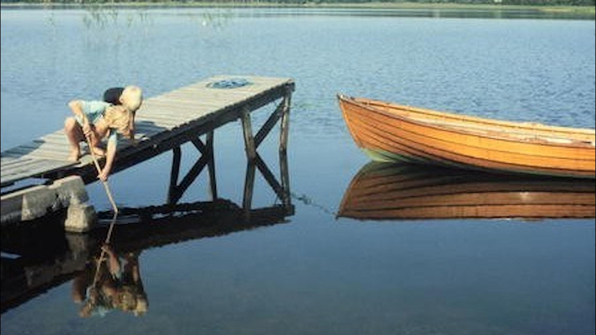 Sommarlov på bryggan och fiskespö