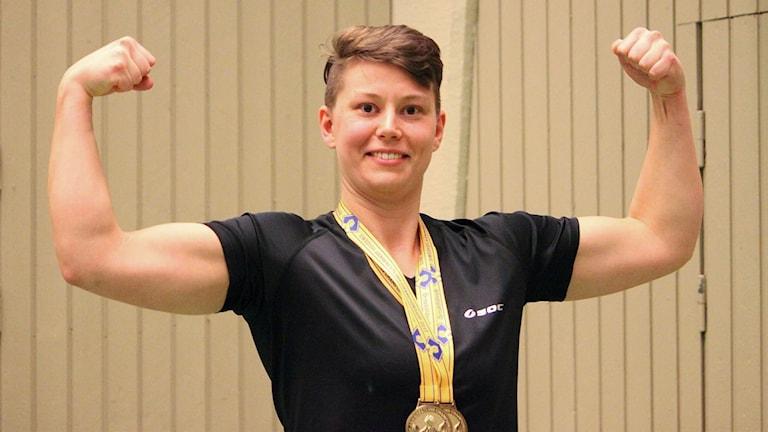I två års tid har studenten Johanna Falkenström tränat armbrytning. Nu är hon också svensk mästare.