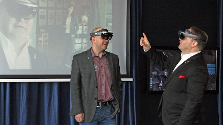 Kommunpolitikern Niklas Sirén (V) och Robert Ylitalo i företaget CGI testar de så kallade smarta glasögonen som kan vara till nytta för stadsomvandlingen i Kiruna.