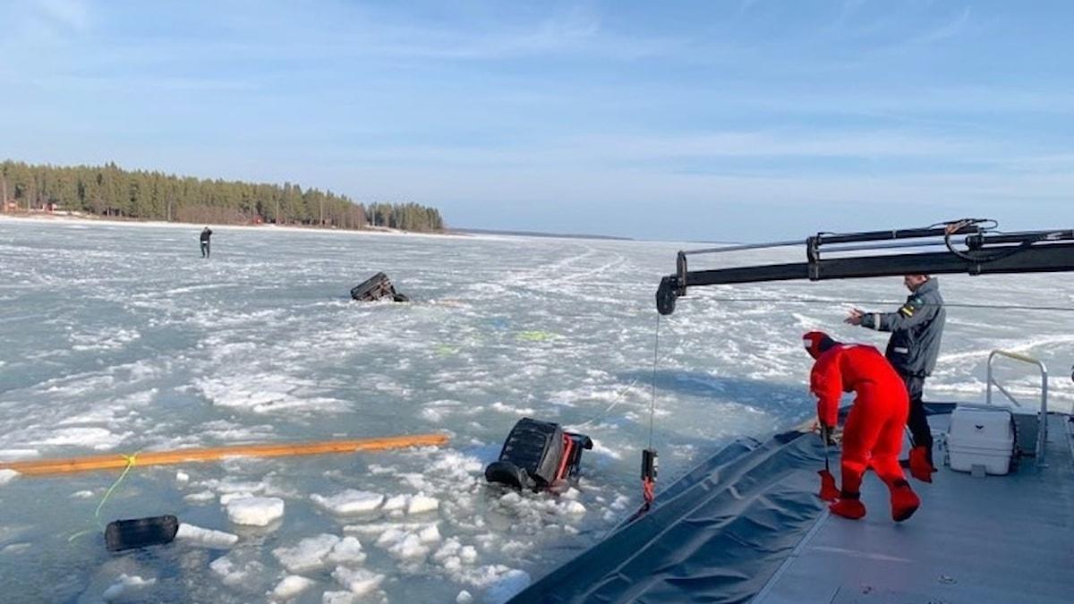 Skoter genom isen i Piteå skärgård.