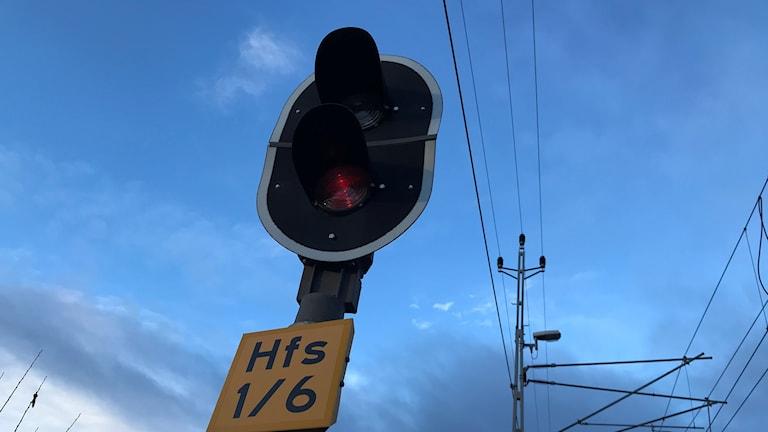 De röda och gröna ljussignalerna ute på spåret här på Malmbanan i Holmfors kommer försvinna när det nya, gemensamma europeiska signalsystemet införs i Sverige.