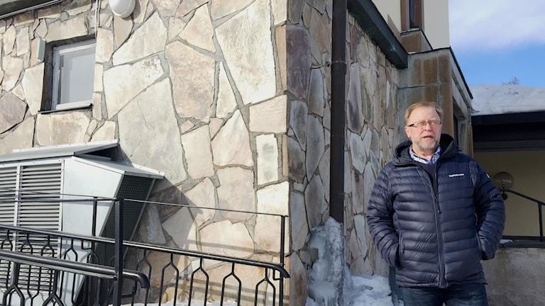 Roland Rova, kanslichef i Kiruna pastorat, vid krematoriet som inte kan stå kvar i framtiden.
