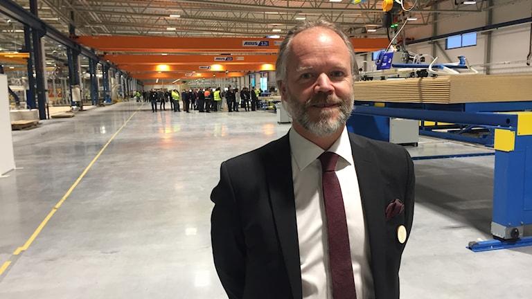Stefan Lindbäck, vd Lindbäcks bygg, i den nya fabriken som invigdes av bostadsministern.