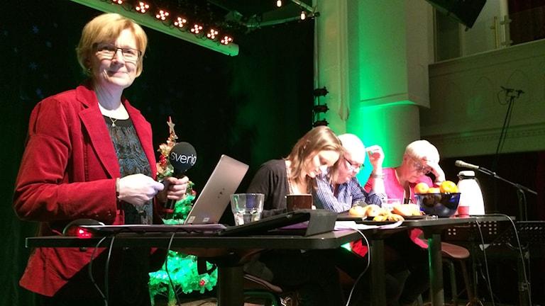 """Eleonor Norgren håller rimstuga i P4 Norrbotten, tillsammans med ordsmederna Maja Runeberg, Hans-Olov """"Hantis"""" Ohlsson och Eivor Bryngelsson."""