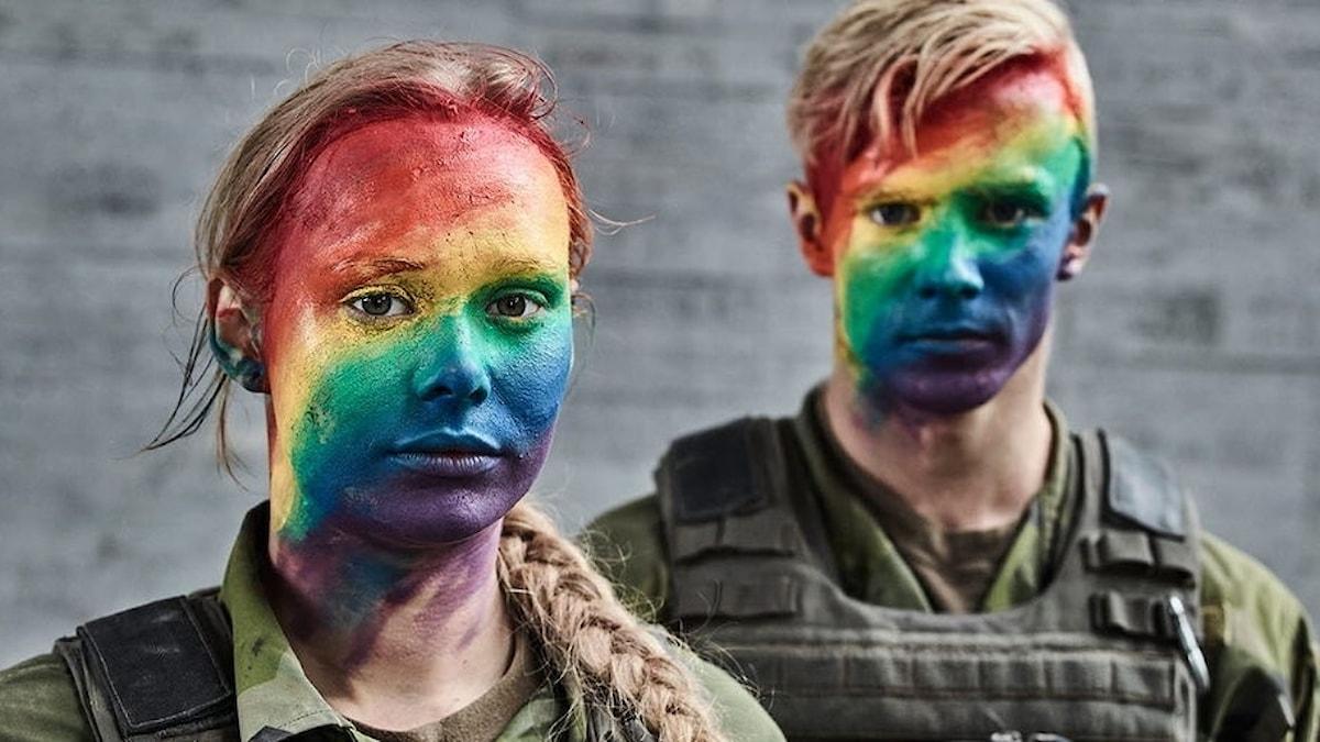 Soldater sminkade i regnbågsfärger