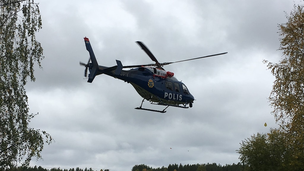 En helikopter som deltar i sökandet i Niemisel.