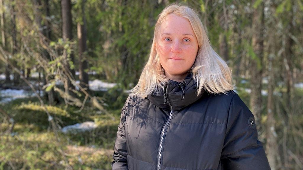Frida Lundberg, planchef vid Luleå kommun, i skogsområdet som inom några år kommer att ha blivit bostadsområdet Hertsöheden.