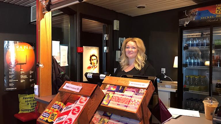 Siri Pekkari i biljettkassan på Folkets bio, Royalbiografen i Luleå.