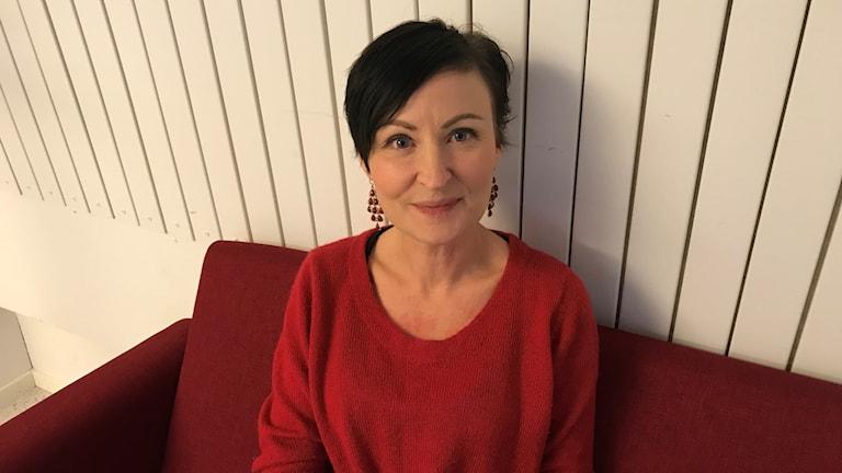 Psykologen Sandra Lindström sitter på en soffa.