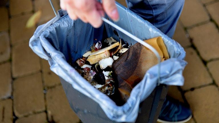 Matrester sorterade för kompostering.