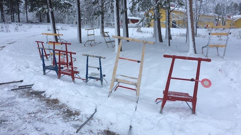 Sparkstöttingar parkerade i snön.