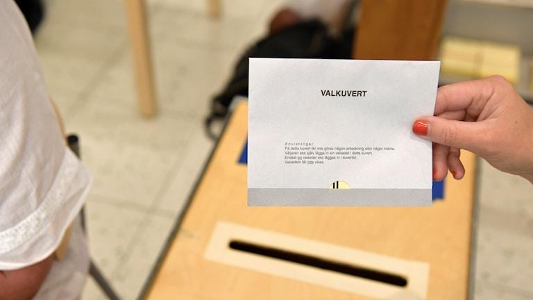 Valkuvert med valsedel i röstlokalen.