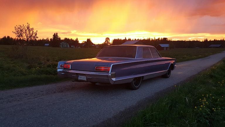 En Chrysler New Yorker i somrigt landskap.