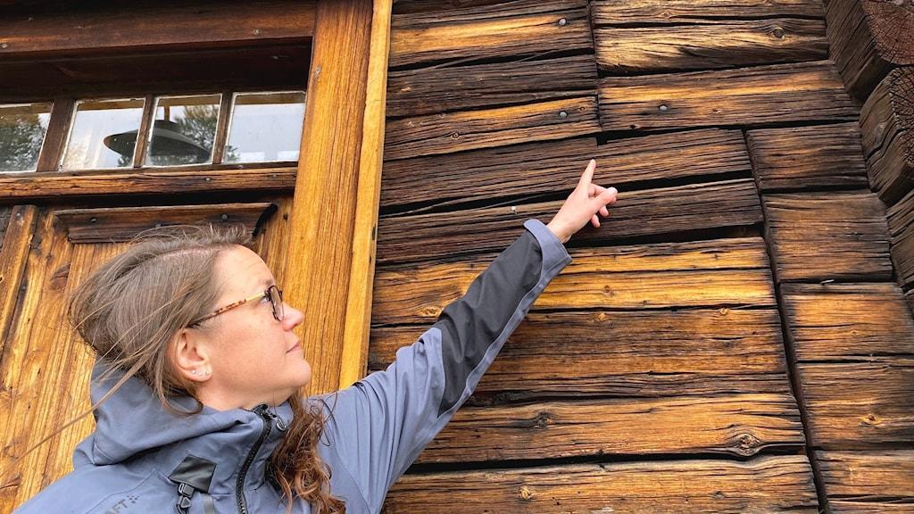 Erica Duvensjö pekar mot den sättning som de tror kan ha påverkat golvet i Peri- Hanschagården.