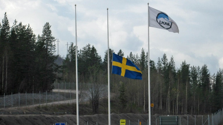 Flagga på halv stång vid LKAB:s Vitåforsgruva i Malmberget. Foto: Reine Sundkvist/Sveriges Radio.
