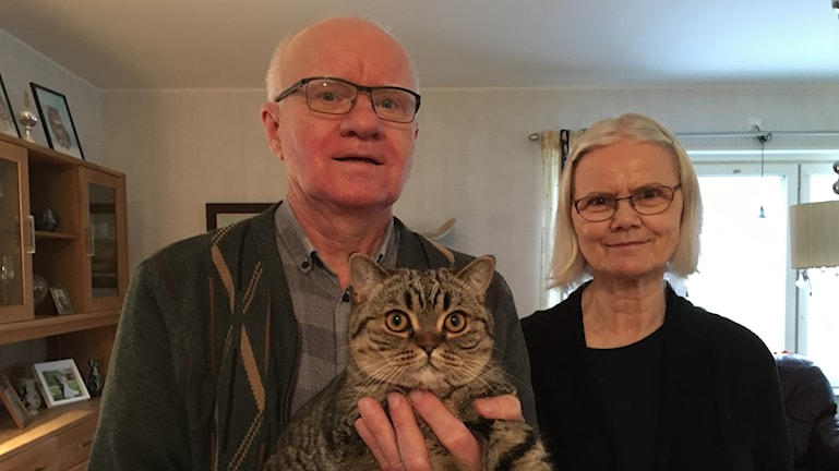 Leif och Carina Ask med katten Lady Godiva i famnen.