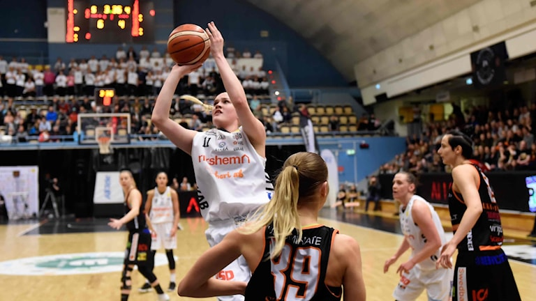 Luleå Baskets Allis Nyström skjuter mot Udominate.